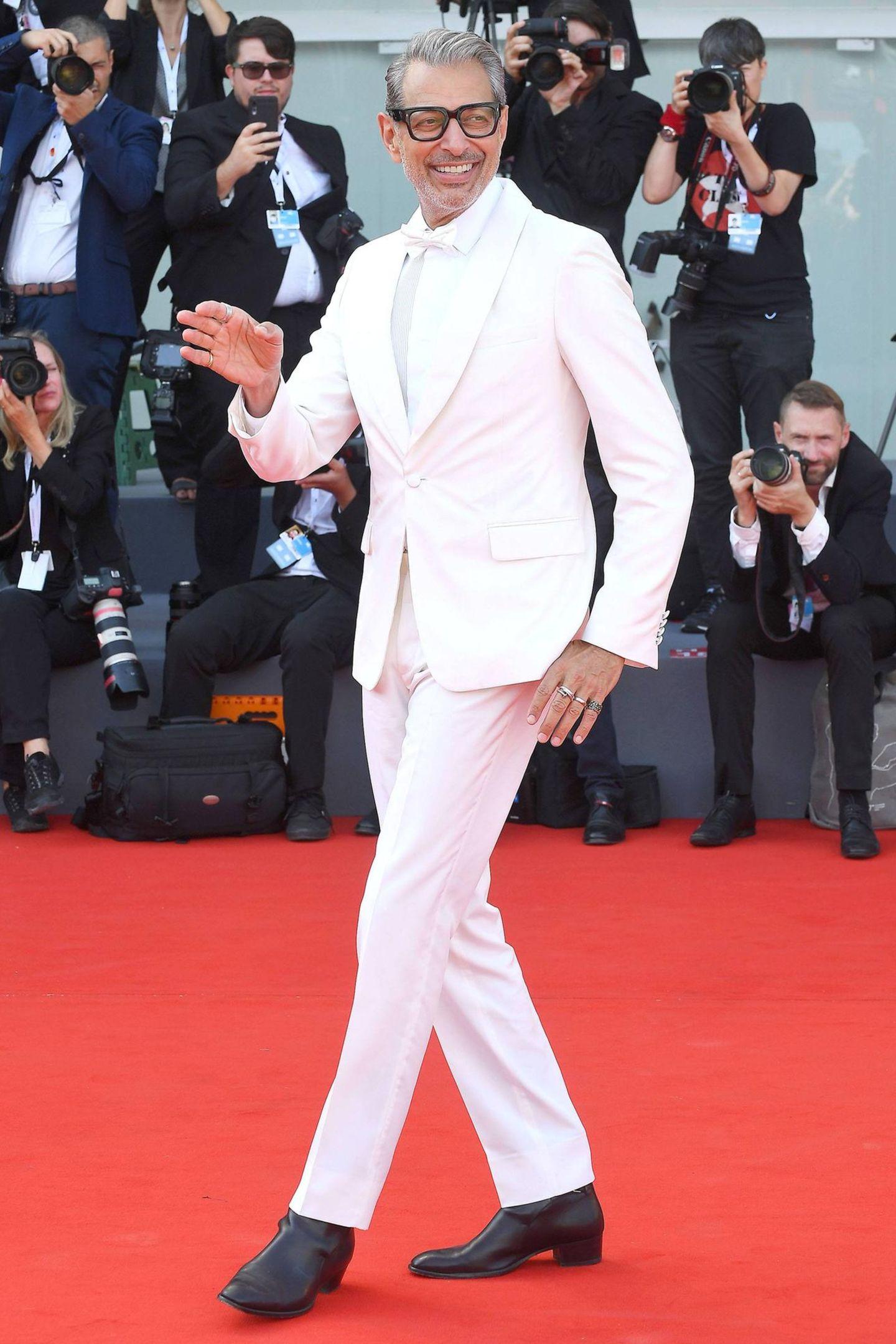 """Heute schreitet Jeff Goldblum in seiner lässigen Art über rote Teppiche. 1986 gelang ihm mit seiner Hauptrolle in """"Die Fliege"""" der Durchbruch. Seitdem hat der Schauspieler an diversen erfolgreichen Filmen wie """"Jurassic Park"""", """"Independence Day"""" oder """"Grand Budapest Hotel"""" mitgewirkt."""