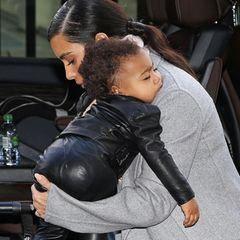 North, als erste Tochter von Kim Kardashian und Kanye West im Juni 2013 geboren, ist im trubeligen Jetset-Leben ihrer Eltern gerne mal auf Mamas Arm eingeschlafen. Für deren Arm ist sie aber mittlerweile schon etwas zu groß.