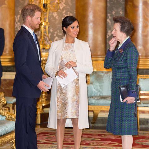 Prinz Harry, Herzogin Meghan und Prinzessin Anne unterhalten sich im März 2019 im Buckingham Palast.