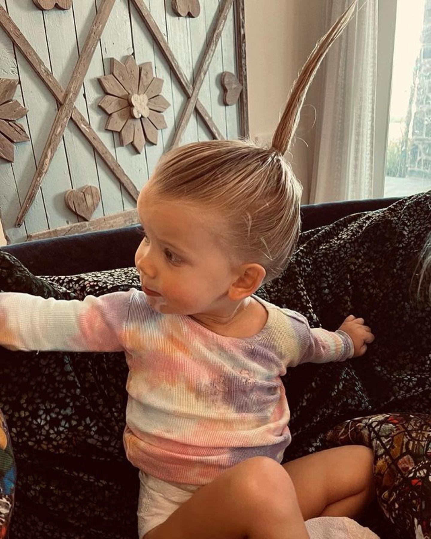 """""""Das passiert, wenn dein Bruder deine Haare stylt"""", schreibt Jessica Simpson zu diesem süßen Schnappschuss ihrer Tochter Birdie Mae. Und wir müssen zugeben: Da hat sich der große Bruder Ace wirklich etwas Witziges einfallen lassen. Ob er vielleicht in der letzten Zeit den Film """"Verrückt nach Mary"""" geguckt hat?"""