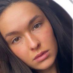 """Ein knappes Jahr später trennt sich das Model von der Kupferfarbe und trägt die Haare jetzt wieder dunkelbraun. """"Ich liebe das Kupfer zwar sehr, aber es ist mir einfach zu aufwändig"""", schreibt sie auf Instagram. Experimentierfreudig möchte sie aber bleiben - wir sind gespannt!"""