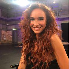 """Jacky Wruck gewinnt 2020 die fünfzehnte Staffel von """"Germany's Next Topmodel"""". Während des Umstylings bekommt sie von Heidi und ihrem Team die kupferrote Mähne verpasst, die schnell zu ihrem Markenzeichen wird."""