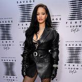 """2020:  Mit ihrer """"Savage x Fenty""""-Unterwäsche-Show heizt Rihanna ordentlich ein: Verschiedene Figuren, Typen und Größen aus allen Branchen posieren in der sexy Unterwäsche, die auch die Designerin selbst auf dem roten Teppich trägt."""