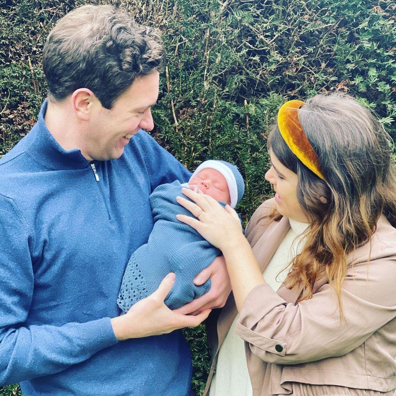 Wieviel Freude der kleine August Mama Eugenie und Papa Jack bereitet, hat die Hebamme der Prinzessin auf diesen Bildern wunderschön festgehalten. Selten haben Royals ihren Nachwuchs so entspannt und sympathisch präsentiert.