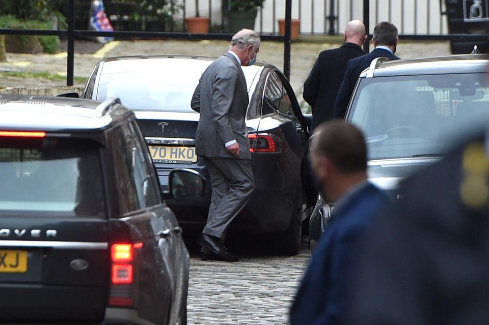 """Prinz Charles wird bei seiner Ankunft am Londoner """"King Edward VII""""-Krankenhaus fotografiert."""
