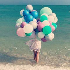 Die Bilder zeigen die älteste Tochter von Madeleine und ihrem Ehemann Chris am Strand von Miami, der Wahlheimat der Royals. In der Hand hält sie unzählige bunte Luftballons und sie trägt ein gemustertes Kleidchen.