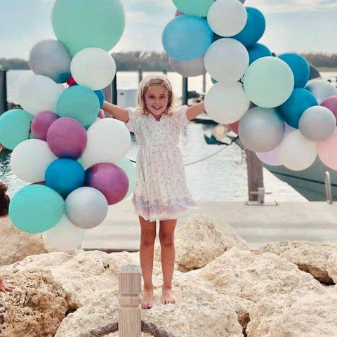"""20. Februar 2021:  Zum siebten Geburtstag von Tochter Leonore postet Prinzessin Madeleine zwei reizende Fotos des kleinen Wirbelwinds: """"Wir hoffen, dass du bleibst wie du bist: witzig, süß, neugierig, warmherzigund vollkommen einzigartig – genau wie die Einhörner, die du so liebst"""", schreibt die Dreifach-Mama auf ihrem Facebook-Kanal."""