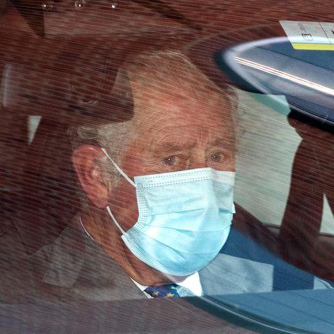 Prinz Charles hat offensichtlichTränen in den Augen, nachdem er seinen Vater Prinz Philip für etwa 30 Minuten im Krankenhaus besucht hat.