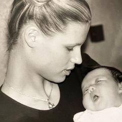 Zuckersüße Erinnerung: Als Michelle Hunziker ihre kleine Aurora im Arm halten konnte, war sie mit 19 Jahren selbst fast noch ein kleines Mädchen.