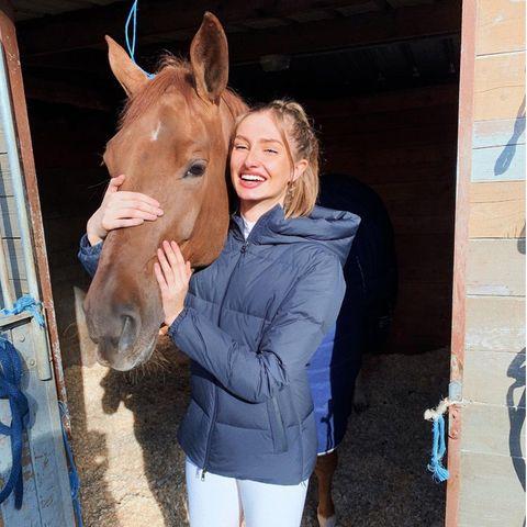Sie ist jung, sie strahlt und sie ist eine preisgekrönte Reiterin...