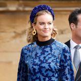 Ob sich Eugenie an diesen Look erinnert hat? Cressida Bonas, die Ex-Freundin von Prinz Harry, erscheint bei der Hochzeit von Jack und Eugenie mit einem blauen Haarreif mit Blümchen-Applikationen. Das perfekte Accessoire und eine trendy Alternative zum Faszinator.