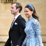 Auch zum eleganten Stil von Kates Schwester Pippa Middleton passen Haarreifen perfekt. Zur Hochzeit von Lady Gabriella Windsor zeigt sie sich mit farblich abgestimmtem Haarreif in hellblauem Samt.