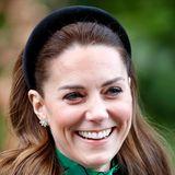 Sie hat den Haarreifen zum Comeback verholfen: Herzogin Catherine peppt ihre eleganten Looks immer wieder mit edlen Haar-Accessoires auf. Während ihrer Reise nach Irland wählt sie dieses Modell mit schwarzem Samt.