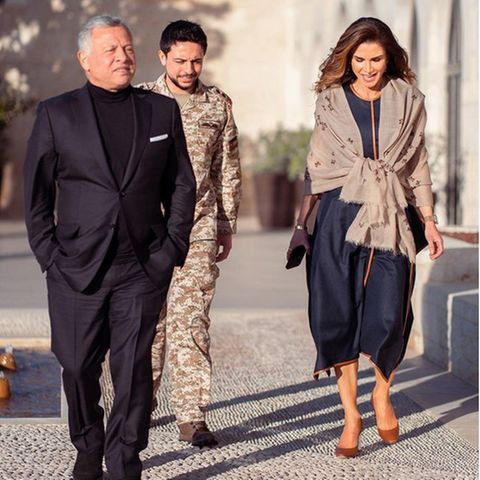 Königin Rania läutet den Frühling ein, auch modisch: Sie trägt ein dunkelblaues Kleid von Stella McCartney (1.095 Euro) und passende braune Pumps von Dior (520 Euro). Über die nackten Schultern hat sie sich lässig einen dünnen Schal von Bottega Veneta (740 Euro) geworfen.
