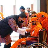 21. Februar 2021  Hohe EhrefürFriedenswächterin: Freiwilligenarbeit zum Wohl des Volkes wird in Bhutan hochgeschätzt und von der Königsfamilie unterstützt. König Jigme spricht hier einer Helferin, die im letzten Jahr im Einsatz gegen die Coronakrise schwer verletzt wurde, seinen ganz persönlichen Dank aus.