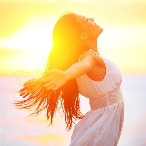 Sonnenzeichen: Frau vor der untergehenden Sonne.