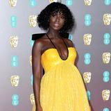 """Zwei Monate vor der Geburt flaniert Jodie Turner-Smith im Februar 2020 hochschwanger über den roten Teppich der """"EE British Academy Film Awards"""". Ihren Babybauch kann sie selbst unter der locker fallenden A-Linie nicht mehr verstecken."""