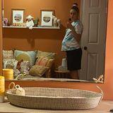 Gigi Hadids kleine Tochter wächst in einem stilvoll eingerichteten Kinderzimmer heran. Ein warmer Terrakotta-Ton an den Wänden wird durch helle Holzmöbel, zahlreiche farbenfrohe Kissen und Dekoration in Pastelltönen komplementiert.
