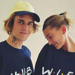 """Na, da scheinen Zwei aber ganz schön auf Wolke 7 zu schweben! Hailey und Justin Bieber teilen auf Instagram regelmäßig süße Schnappschüsse ihrer Liebe. Nun zeigen sie sich in passenden Sweatshirts mit dem Aufdruck """"Hubby"""" (Ehemann) und """"Wifey"""" (Ehefrau). Süß, diese beiden Turteltauben!"""