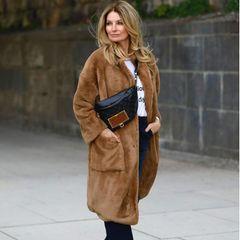 Wooow! So einen Look kennt man fast gar nicht von Moderatorin Frauke Ludowig. Im flauschigen Teddy-Mantel und lässiger Bauchtasche zeigt sie sich auf Instagram. Die Bumbag von Louis Vuitton aus der Gaston Labels Kollektion (etwa 1600 Euro)macht ihr Outfit richtig cool! Schlechte Nachricht: Die Tasche istaktuell ausverkauft.