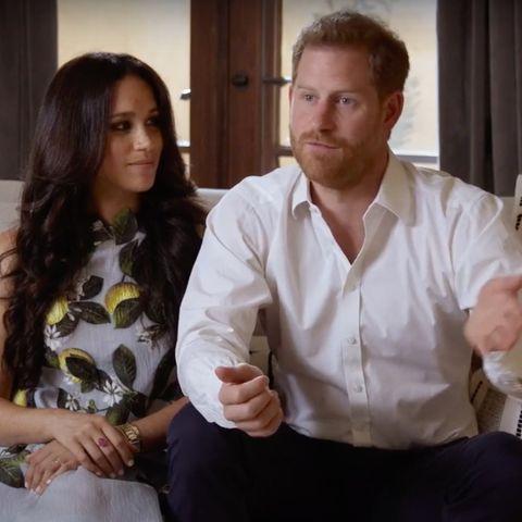 """Bei der Vorstellung vonSpotifyStreamOn sind Meghan Markle und Prinz Harry auf YouTube zu sehen und stellen ihren Podcast """"Archwell Audio"""" vor. Natürlich sind alle Augen auf die schwangere Meghan Markle gerichtet. Nicht nur sie strahlt, sondern auch das ganz besondere Kleid von Oscar de la Renta mit Zitronen-Print (rund 3000 Euro). Was für ein toller Look!"""