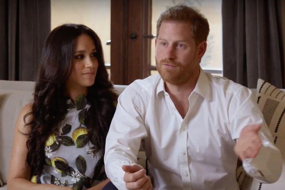 """Nach dem ganzen Wirbel um ihren Rückzug, sind Meghan Markle und Prinz Harry beiSpotifyStreamOn auf YouTube zu sehen und sprechen über ihren Podcast """"Archwell Audio"""". Natürlich sind alle Augen auf die schwangere Meghan Markle gerichtet. Nicht nur sie strahlt, sondern auch das ganz besondere Kleid von Oscar de la Renta mit Zitronen-Print (rund 3000 Euro). Auch Harry kommt elegant in Hemd und Hose daher. Was für ein toller Look!"""