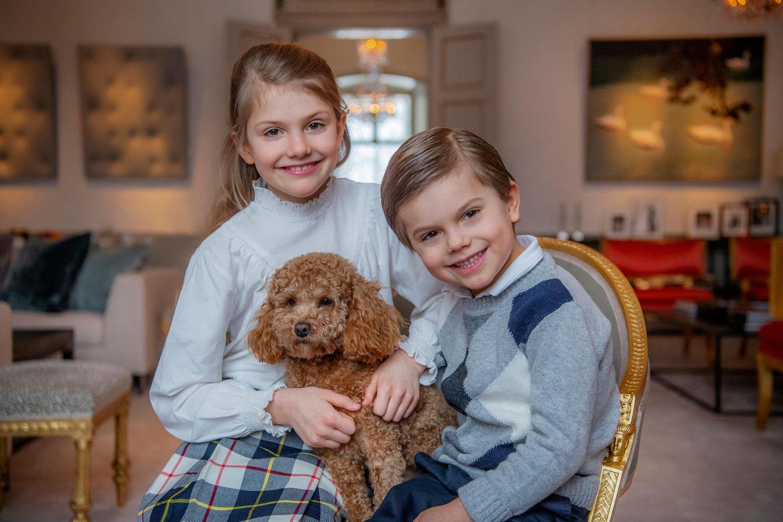 Wie schön! Prinz Oscar darf mit auf eines der Geburtstagsfotos. Auch er strahlt über das ganze Gesicht und freut sich über den Ehrentag seine großen Schwester. Zwischen den Kindern macht es sich Familienhund Rio gemütlich.