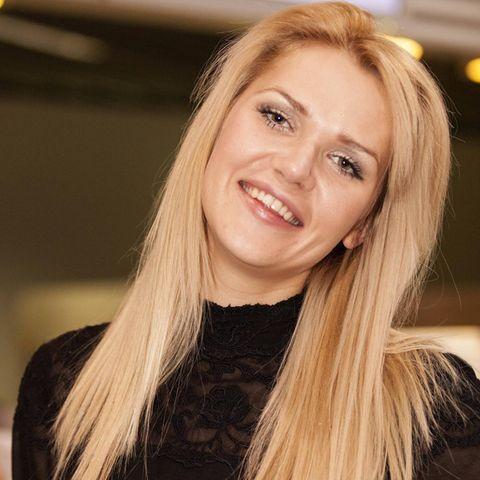 """Ob platinblond oder lieber ein warmer Goldton, Sara Kulka wird mit ihrenhellen Haarenbei """"Germany's Next Topmodel"""" bekannt und bleibt seither dieser Haarfarbe treu. Manchmal ist man jedoch an einem Punkt, wo man eine Typveränderung braucht – so auch Sara Kulka."""