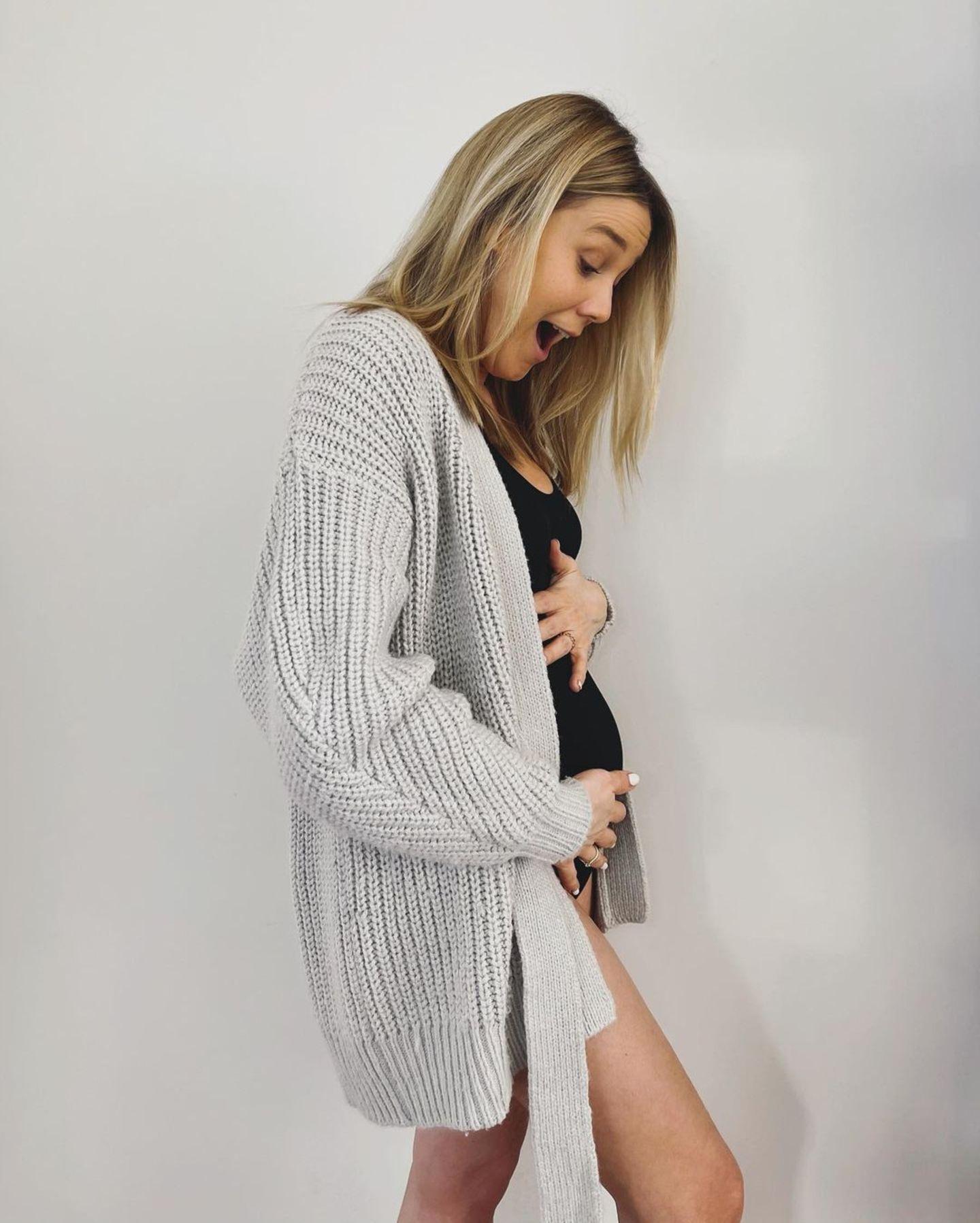 Moderatorin Alina Merkau ist zum zweiten Mal schwanger. Das verkündet die 34-Jährige mit diesem Schnappschuss auf Instagram. 2016 ist sie zum ersten Mal Mama geworden und in Zukunft wird es garantiert noch mehr Babybauch-Schnappschüsse von ihr geben.