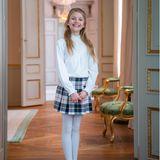 Die junge Prinzessin trägt einen kurzen Rock aus Wolle mit Schottenkaro. Er stammt vom französischen Label Bonpoint und kostet 190 Euro. Dazu kombiniert sie eine weiße Strumpfhose, eine weiße Bluse und dunkelblaue Ballerinas von Jacadi für rund 60 Euro.