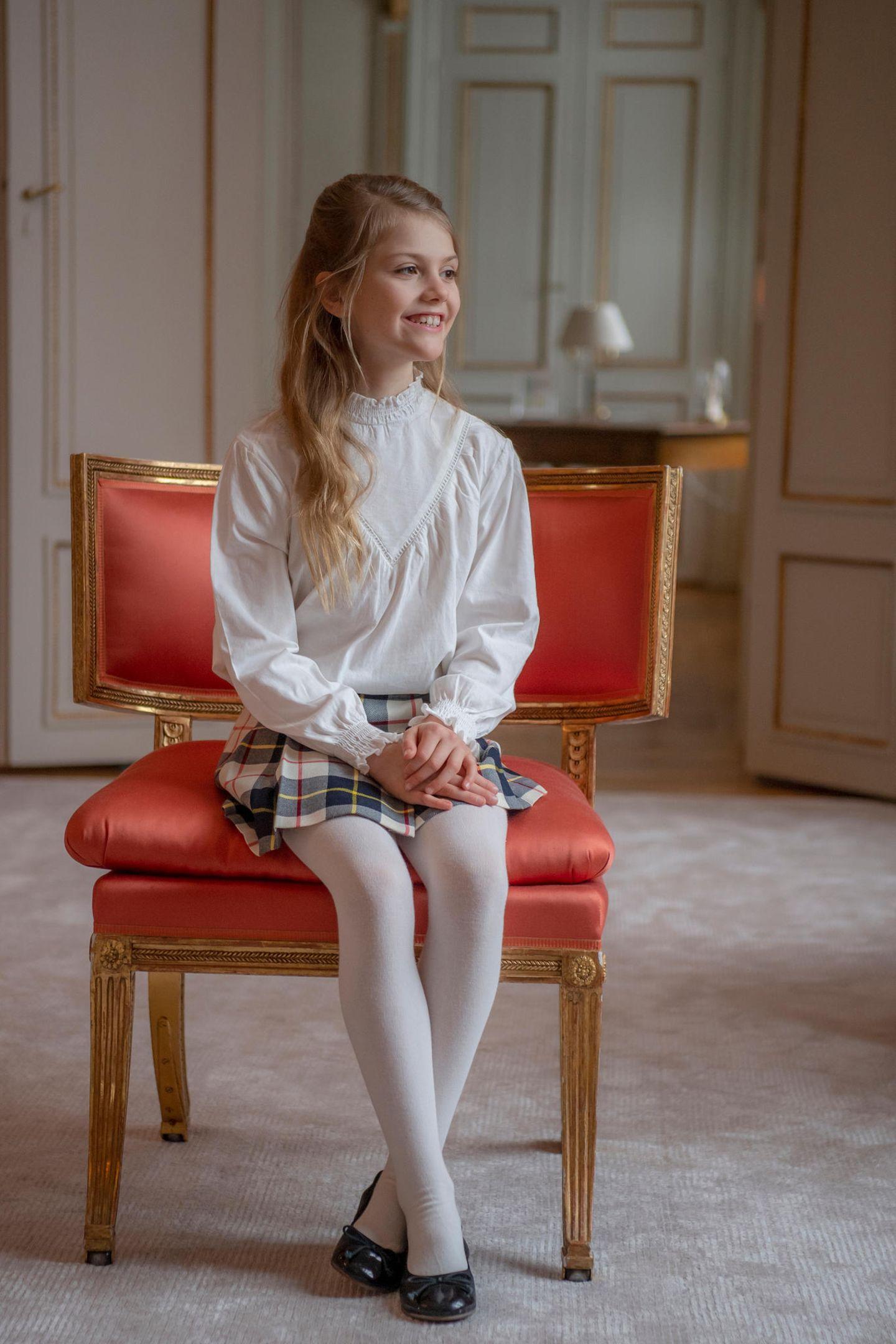Zum neunten Geburtstag von Prinzessin Estelle veröffentlicht das schwedische Königshaus neue Porträts der Tochter von Kronprinzessin Victoria und Prinz Daniel. Stolz posiert die Thronfolgerin vor der prunkvollen Kulisse von Schloss Haga. Vor der Kamera fühlt sie sich sichtlich wohl.