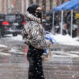 In einer Millionen-Metropole wie New York aufzufallen, ist eine Kunst, die keine Geringere als Supermodel Irina Shayk perfekt beherrscht. Die Mutter einer Tochter weiß ganz genau, welche It-Pieces sie miteinander kombinieren muss, ohne dass sie sich gegenseitig die Show stehlen. Das Highlight bei diesem Look ist ganz klar die Puffer-Jacket mit Taillenschnitt im Zebra-Muster. Die Jacke allein zieht schon alle Blicke auf sich, doch erst durch dieKombination mit einer ebenfalls Zebra-Muster-Tasche von By Far und schwarzen derben Bikerboots von Versace merkt man: Hier war ein Fashion-Profiam Werk.