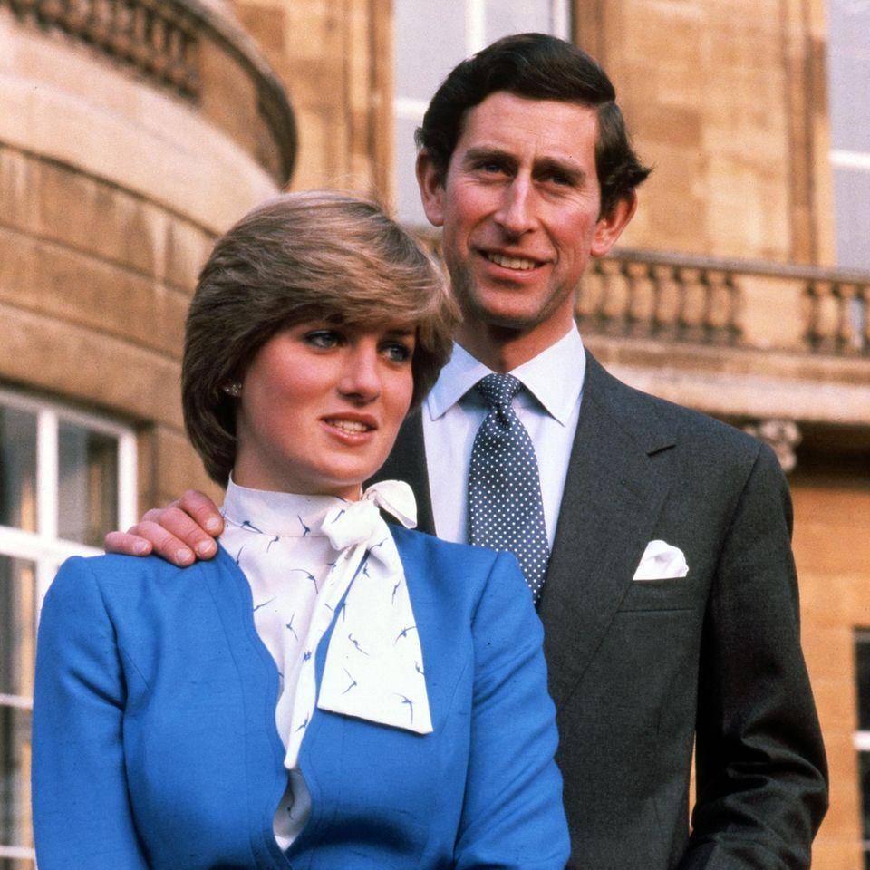 Lady Diana Spencer und PrinzCharles posieren am Tag der Bekanntgabe ihrer Verlobung vor dem Palast.