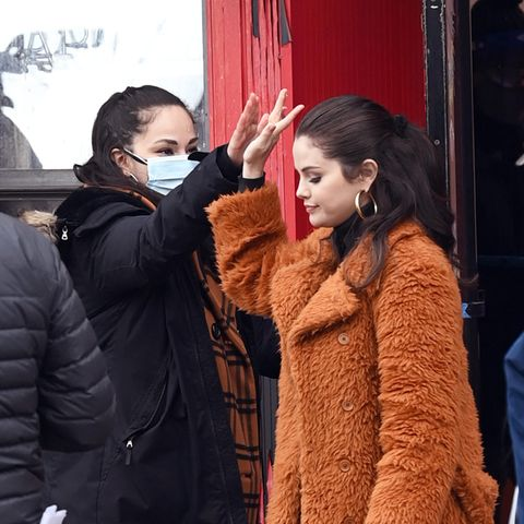 """High Five! Mit ihrem Stunt-Double scheint sich Selena Gomez bestens zu verstehen: Während der Dreharbeiten zurKrimi-Sitcom """"Only Murders in the Building"""" in New York klatschen die beiden Frauen ab."""