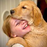Golden Retriever Welpe Ella kam jüngst als Weihnachtsgeschenk ins Leben von Schauspieler Neil Patrick Harris und erobert seitdem die Herzen der vierköpfigen Familie. In Tochter Harper scheint die Fellnase bereits eine Freundin fürs Leben gefunden zu haben.