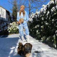 Pastelltöne im Winter? Ja, das funktioniert! Victoria Swarovski kombiniert einen Homewear-Zweiteiler mit Batik-Muster mit weißen Schnürstiefeln, einer beigefarbenen Beanie und einer ebenfalls beigefarbenen Tasche des Luxuslabels Dior und weckt damit Frühlingsgefühle in uns.