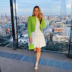 Während andere Frauen einen Bogen um limettengrüne Kleidungsstücke machen würden, kombiniert Victoria Swarovski diese so sicher, dass wir es auf Anhieb so nachstylenwürden. Ihr Fashion-Geheimnis ist, dass sie denHingucker-Teilen –Jacke undTasche – ihren Raum gibt. Gedeckte Töne oder Weiß neutralisieren den Look und vermitteln einharmonisches Gesamtbild.