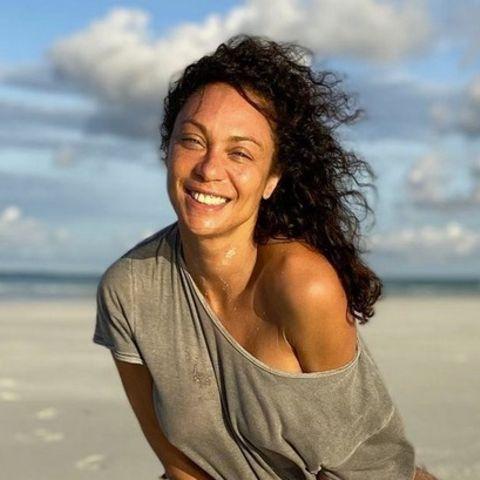 Wow! Bei diesem Foto weiß man gar nicht, wo man zuerst hinschauen soll. Dass Lily Becker eine natürliche Schönheit ist, steht außer Frage. Bei ihrem neuesten Schnappschuss am Strand zeigt sich die 44-Jährige ungeschminkt und sieht dabei einfach nur umwerfend aus. Das Einzige, was ihrem makellosen Teint die Schau stiehlt? Ihre ewig langen und perfekt durchtrainierten Beine. Hach, da kann man glatt neidisch werden!