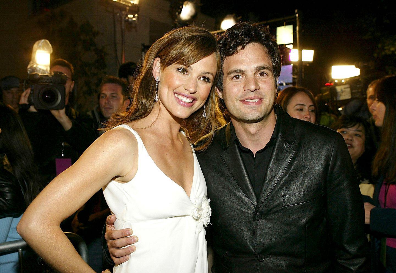 """Jennifer Garner und Mark Ruffalo sind2004 die strahlenden Stars in """"30 über Nacht"""" und posieren auf der Film-Premiere nur zu gerne für die Kameras."""
