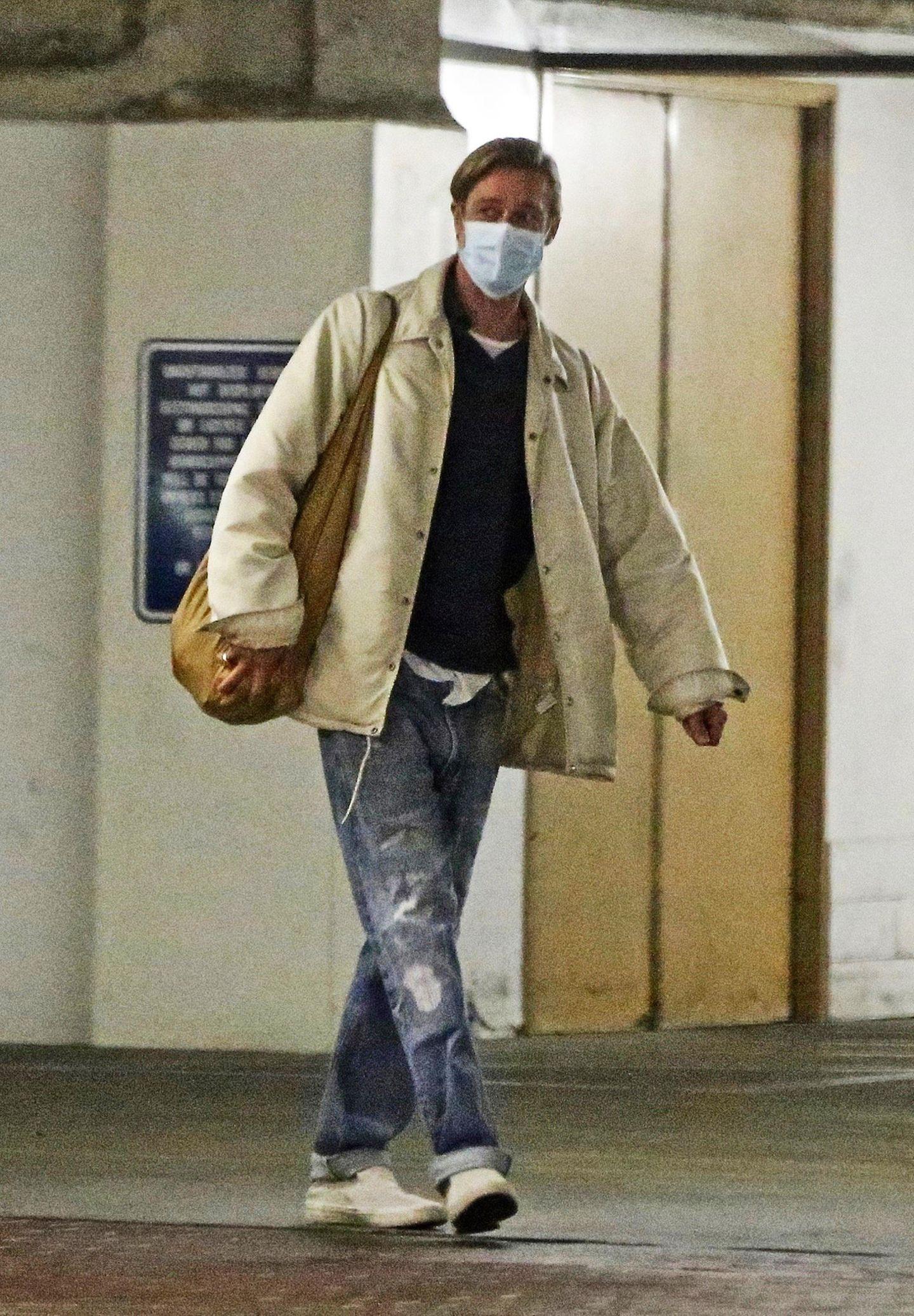 24. Februar 2021  Lange hat man Brad Pitt nicht mehr wirklich in der Öffentlichkeit gesehen. Die neuesten Bilder des Hollywood-Stars zeigen aber, dass er immer noch genau so lässig und entspannt unterwegs ist, wie schon zum Beginn seiner Karriere. Mit kleinem Pferdeschwanz und zerrissener Jeans verlässt er gut gelaunt ein Bürogebäude in Beverly Hills.