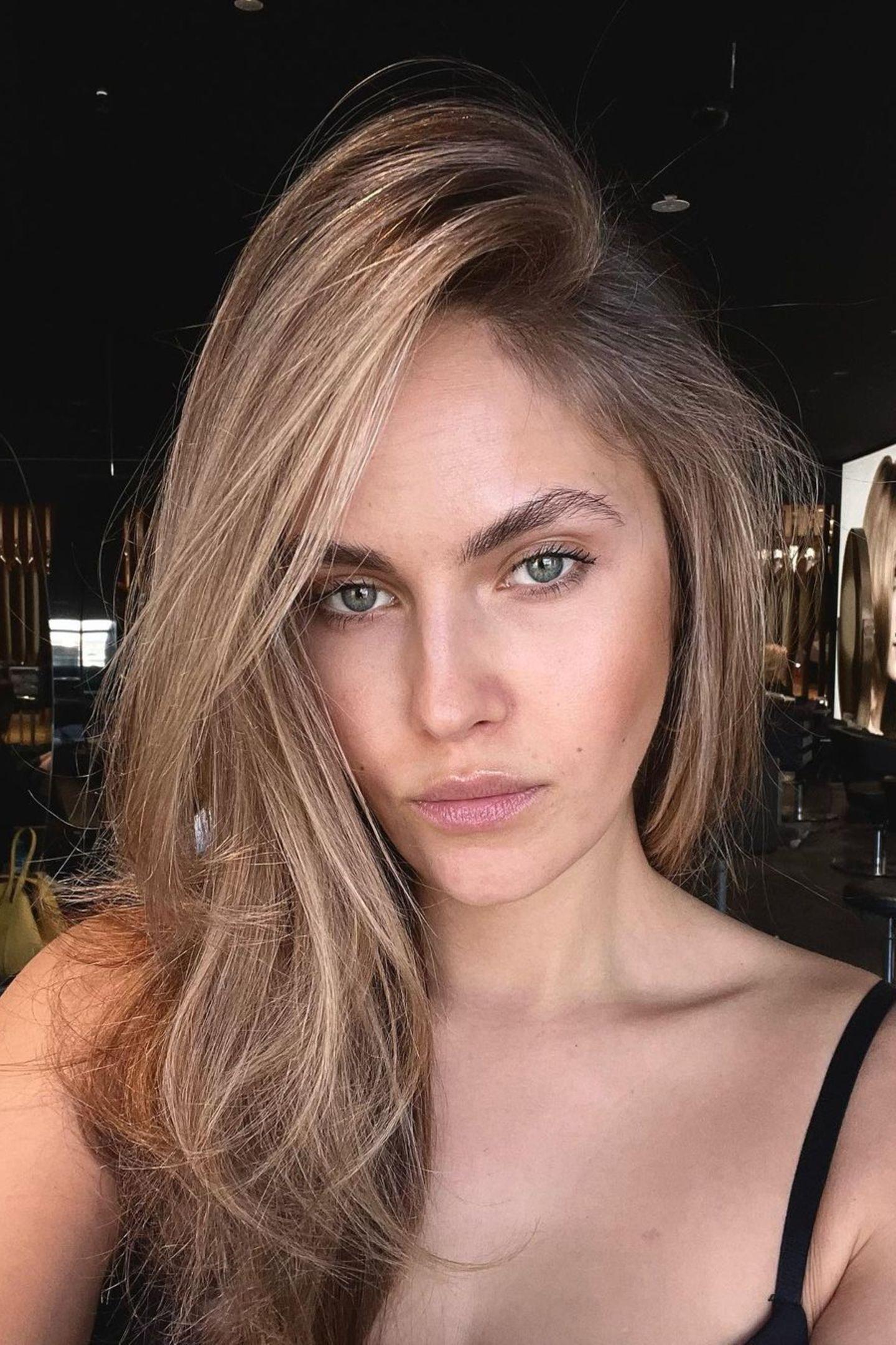 """Mit seiner authentischen und witzigen Art begeistert das Model rund sechs Jahre später über eine halbe Millionen Follower auf Instagram. Die lockige Mähne trägt sie neuerdings kurz: """"Ich gewöhne mich noch daran, wenn ich ehrlich bin,hatte die Haare noch nie so kurz"""", erklärt sie unter diesem Foto."""