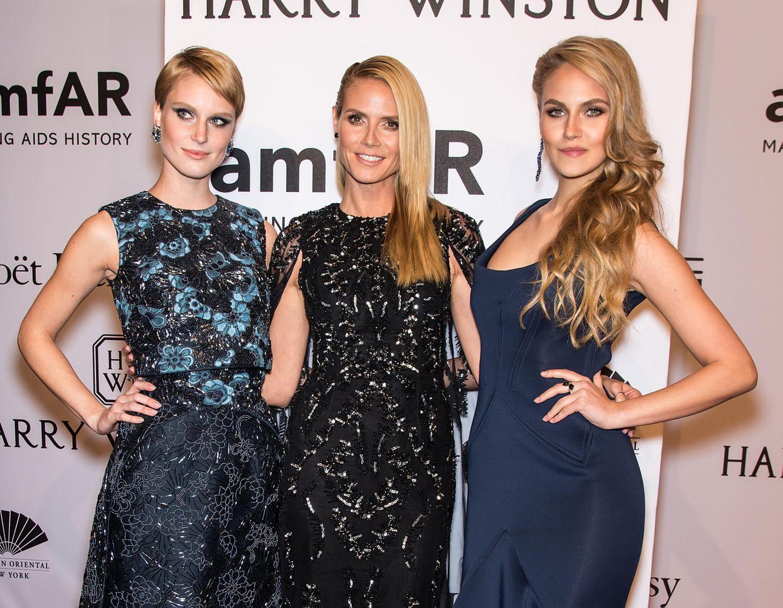 """Elena Carrière (rechts) wird 2016 Zweite bei """"Germany's next Topmodel"""". Schon als Heidi Klum sie und Kim Hnizdo mit zur amfARGala in New York nimmt, gilt die Tochter von Schauspieler Mathieu Carrière als Favoritin."""