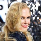 """Heute zählt Nicole Kidman zur ersten Riege Hollywoods. In sämtlichen Genres der Filmindustrie überzeugt der amerikanisch-australische Starmit seinemfacettenreichen und ausdrucksstarkem Schauspiel. Kidmans Talent wurde mit zahlreichen Auszeichnungen geehrt, unter anderem gewannsie einen Oscar als beste Hauptdarstellerin im Drama """"The Hours"""". Trotz ihrer Professionalität und Wandelbarkeit sind ihre mädchenhafte Anmut samt Wallemähne bis heute das Markenzeichen der1, 80 Meter großen Schauspielerin geblieben."""