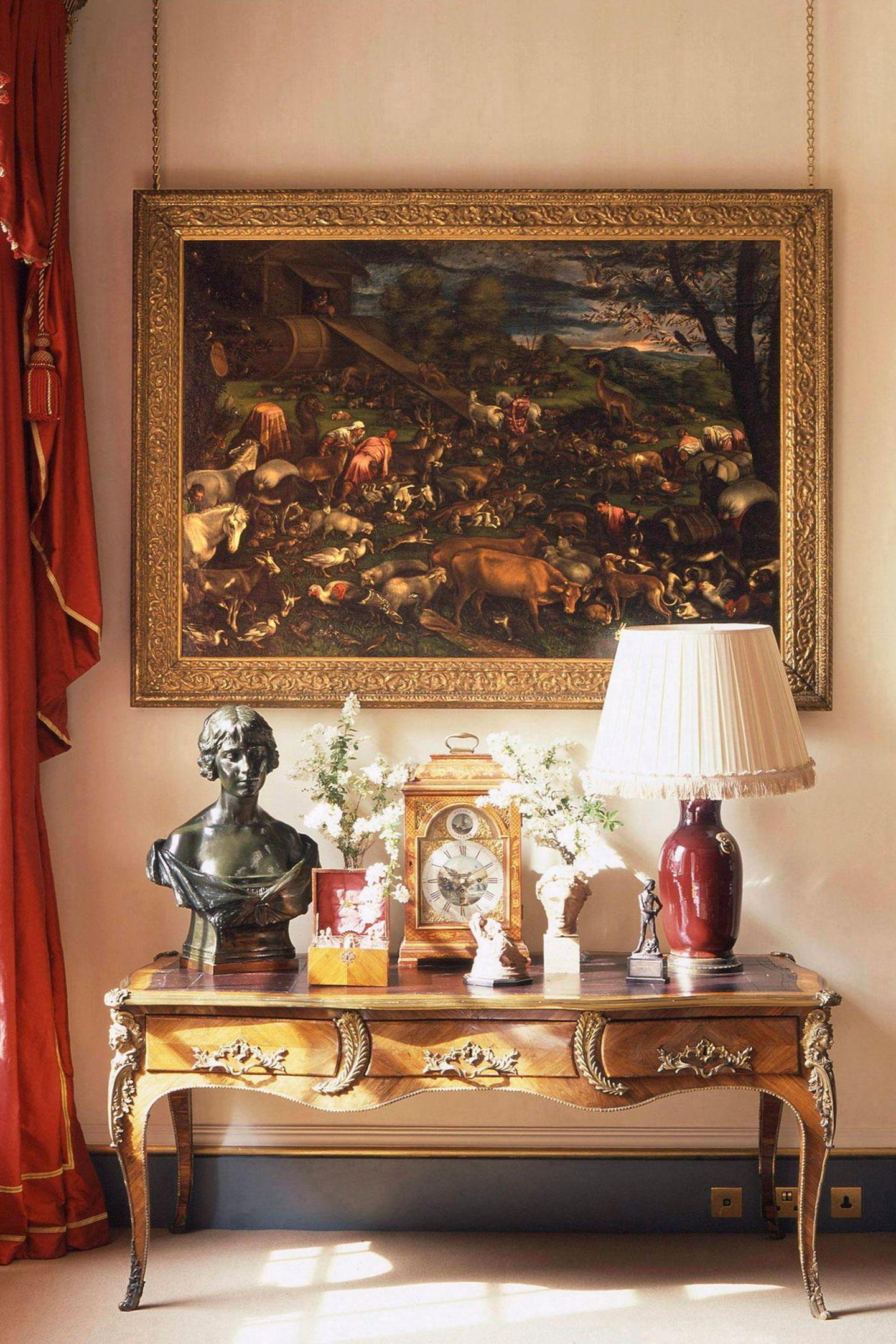 Camilla und Charles mögen es in ihrem Zuhause nicht steril. Stattdessen zieren Blumen, Antiquitäten, Statuen und eine Lampe einen Beistelltisch in einer der vielen Räume des Hauses. Übrigens:Das Gebäude liegt in der City of Westminster im Westen Londons an der Prachtstraße The Mall unweit vom Buckingham Palace.