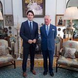 Prinz Charles empfängt im Clarence House, die offizielle Residenz von Camilla und Charles, nicht nur Besuch, auch Fotos aus dem Inneren gelangen ab und an an die Öffentlichkeit. So auch dieses Foto, welches einen Einblick in das Kaminzimmer des Hauses gibt. Die Wände sind mit beeindruckender Kunst und Fotos geschmückt, auf dem Kaminsims und im Regal befindensich wertvolles Porzellan.