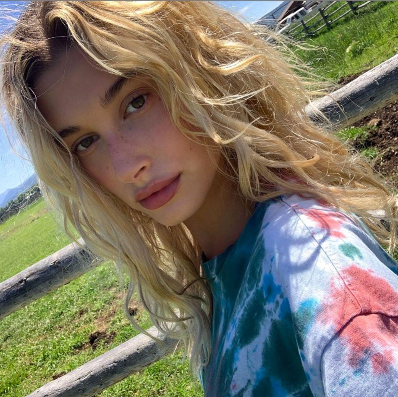 So kennt man Hailey Bieber: im natürlichen Look mit hellblonder Mähne. Seit Jahren blondiert sich das Topmodel regelmäßig ihre Haare. Bis jetzt …