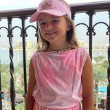 Sophia Ecclestone, die ältere Tochter von Tamara Ecclestone und Jay Rutland posiert lächelnd vor der sommerlichen Kulisse Dubais, wo die Familie gerade Urlaub macht. In einem coolen Batik-Zweiteiler, mit niedlicher Cap und Kette steht Sophia ihrer berühmten Mama modisch in nichts nach.