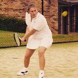 """Braune Haare und Tennis-Trikot: So kennen wir Schauspielerin Rebel Wilson ja gar nicht. Auf Instagram teilt die Blondine, dass sie früher professionelle Tennis-Spielerin werden wollte. """"Leider war ich zu klein (und auch nicht gut genug)"""", scherzt sie. Aber mal ehrlich, seit dieser Aufnahme hat sich bei der Schauspielerin ganz schön viel verändert."""