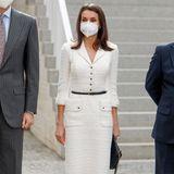 Königin Letizia von Spanien scheint mode-technisch wirklich eine treue Seele zu sein. Immer wieder greift sie zu alten Lieblingen aus ihrem Kleiderschrank. Bei der Eröffnung eines Kunstmuseums erscheint die Königin in einem Kleid von Felipe Varela, das sie bereits 2017 und 2018 trug. Während sie das Kleid 2017 noch mit einem breiten silbernen Gürtel aufpeppte, kombiniert sie das Kleid nun ganz schlicht mit dünnem Gürtel und spitzen Pumps. Der spanische Designer ist einer ihrer absoluten Lieblingsdesigner. Seit über 10 Jahren setzt sie regelmäßig auf seine Designs.