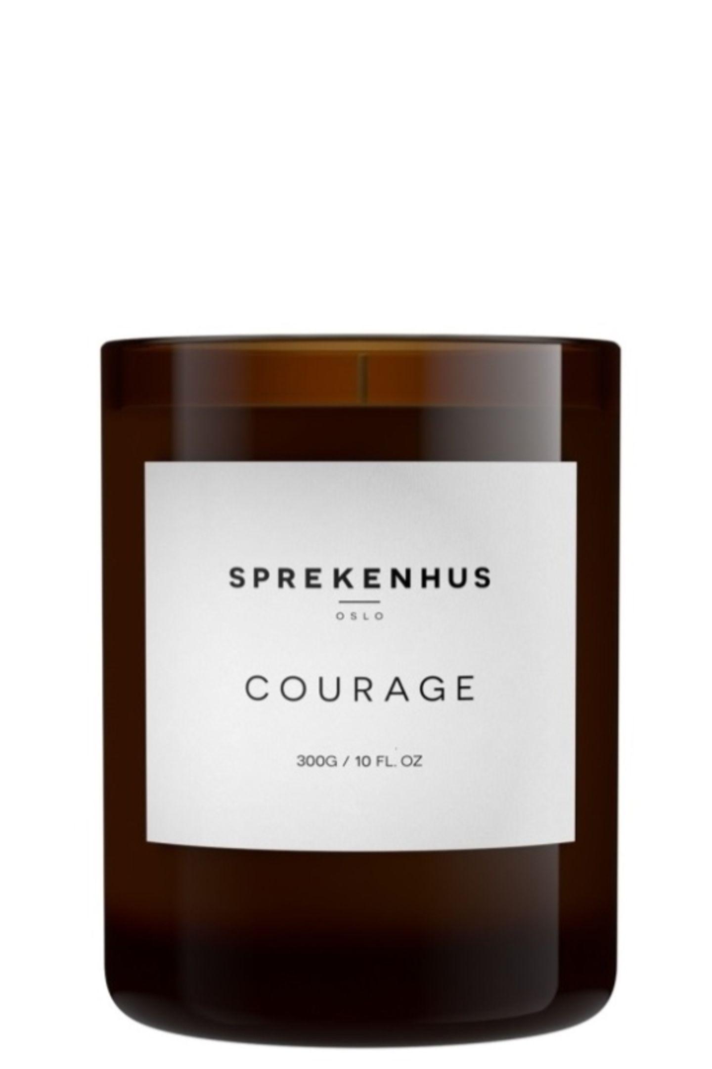 """Wie riecht Gemütlichkeit? Auf diese Frage haben wir nun eine Antwort. Die """"Courage""""-Duftkerze von Sprekenhus füllt unser Zuhause mit einem einzigartigen Duftmix aus Beere, Vanille, Karamell und einer spritzigen Zitrusnote. Ob im Badezimmer, Flur oder ganz gemütlich im Wohnzimmer - diese Duftkerze sorgt für pure Behaglichkeit. Von Sprekenhus, ca. 72 Euro."""